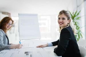 società di successo con lavoratori felici foto