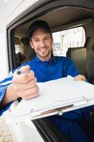 uomo di consegna che mostra appunti al cliente foto
