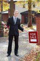 agente immobiliare sorridente foto