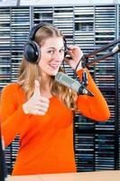 presentatrice femminile nella stazione radio in onda foto
