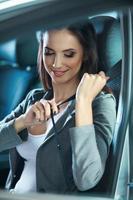 la giovane donna chiude la cintura di sicurezza