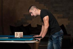 giovane uomo confuso al tavolo da biliardo