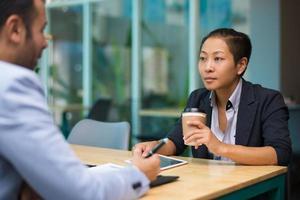 fiduciosi colleghi di lavoro multietnici discutendo il progetto foto