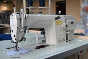 industria dell'abbigliamento, macchina da cucire foto