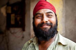 Ritratto di allegro lavoratore meccanico meccanico sikh indiano foto