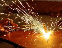 cannello per ossigeno e acetilene che taglia acciaio con scintille foto
