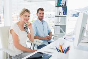 Ritratto di sorridente giovane coppia casual con computer