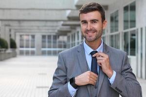 uomo d'affari carino vestito per impressionare foto
