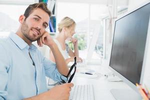 sorridente giovane coppia casual lavorando sul computer