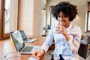 imprenditrice con una tazza di caffè in ufficio foto