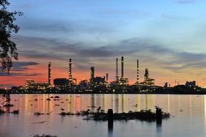 impianto di raffineria di petrolio al crepuscolo foto
