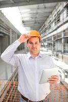caposquadra che supervisiona il progetto alla costruzione. foto