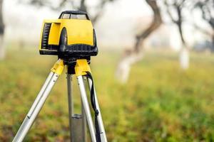 rilevamento del livello di apparecchiature di misura teodolite su treppiede foto