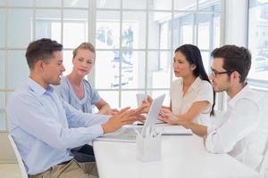 squadra di affari casuali che ha una riunione foto