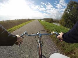 bicicletta sulla strada della città nel paese foto