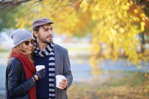 coppia nel parco d'autunno foto