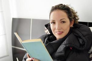 la donna legge il libro foto
