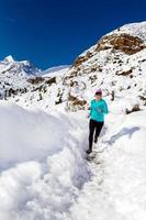 corsa felice che attraversa il paese della donna in inverno foto