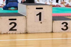 podio per il vincitore; successo nell'attività sportiva