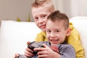 due bambini che giocano ai videogiochi foto