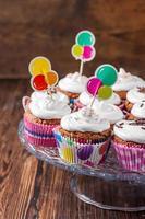 cupcakes al cioccolato con panna su fondo di legno scuro foto