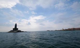 paesaggio marino con statue truvalluvar, kanyakumari foto