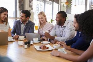 gruppo di persone di affari che hanno riunione nella caffetteria foto