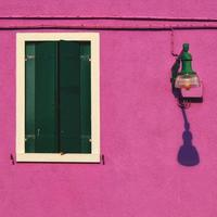 dettaglio soleggiato della facciata di colore porpora su burano foto