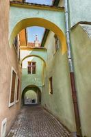 antico vicolo con archi in sighisoara, romania. foto