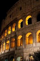 il colosseo di notte. Roma, Italia. foto