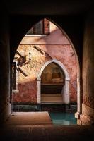 Venezia, Italia, dettaglio di architettura al tramonto con luce e shad foto