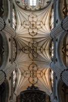 colonne e archi all'interno della cattedrale di salamanca foto