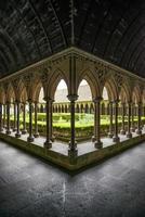 Particolare delle colonne del chiostro nel monastero di Mont Saint Michel. Normandia, Francia