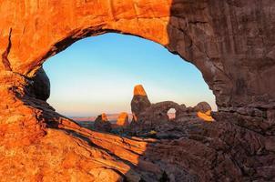 alba sugli archi nel parco nazionale degli archi, Utah. foto