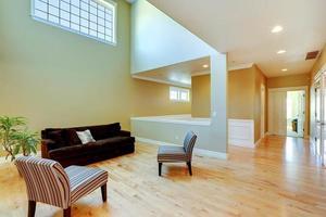 interno di casa con soffitto alto foto