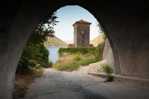 campanile dell'antica chiesa ortodossa. città perast. montenegro foto