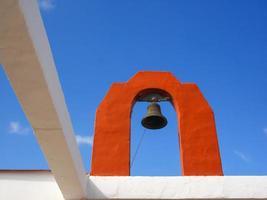 dettagli di una chiesa con campana della chiesa foto