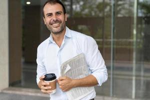 uomo allegro di affari che gode della pausa caffè foto