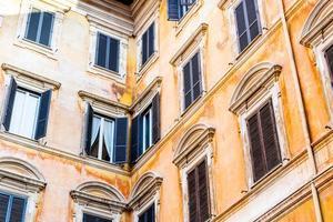 finestre del palazzo storico nel centro di roma foto
