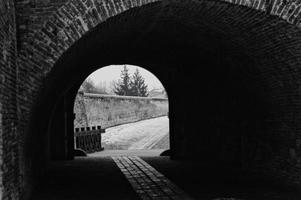 alba iulia tunel vicino all'estratto delle mura di cinta foto