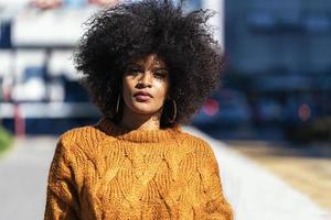 Ritratto di donna afro attraente in strada foto