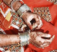 mani di una giovane donna indiana. foto