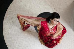 ragazza indiana che indossa abito da sposa rosso
