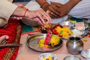 devozione e invito per Lord Ganesha a un matrimonio indiano foto