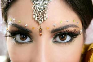 Ritratto di donna indiana bella bruna closeup occhi foto