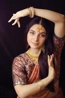 ragazza indiana dolce di bellezza nel sorridere dei sari