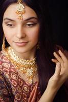 ragazza indiana dolce di bellezza nel sorridere dei sari foto