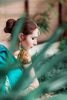 la ragazza con il costume blu indiano. foto