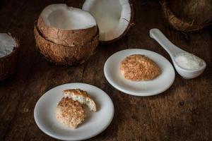 il cocco spezzato. deliziosa frutta per cibo indiano foto
