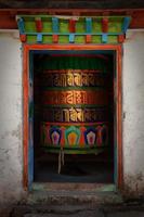 grande ruota di preghiera colorata. foto